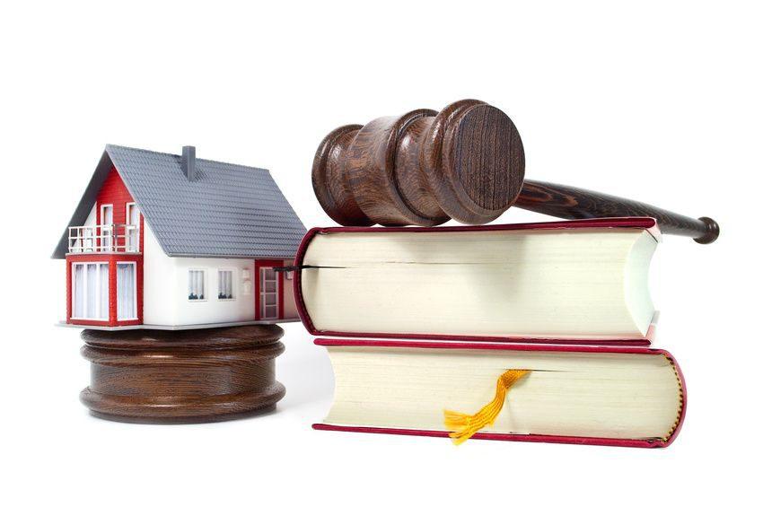 Richterhammer aus Holz mit Haus und Buch